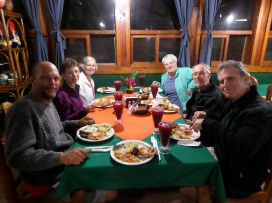 Suchitoto Adventure Outfitters: dinner with the crowd  Perkin