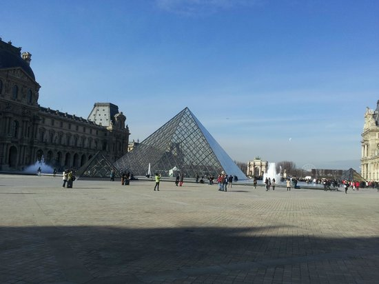 Louvre Museum: Piramide entrance to the museum