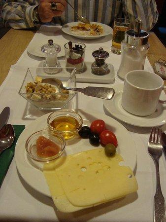 Berglandhotel Salzburg: Simple but great breakfast