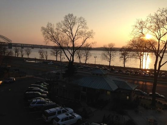 Terrace At The River Inn: Sunset on the Mississippi from our seat