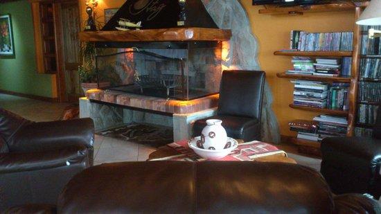 Charming - Luxury Lodge & Private Spa: Lareira em area comum