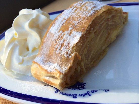 Brauerei Schumacher: Apple strudel. I always eat dessert.