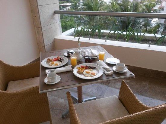 Beloved Playa Mujeres: Café da manhã na suíte.