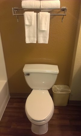 Extended Stay America - Chicago - Vernon Hills - Lake Forest: Bathroom - 2