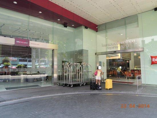ibis Bangkok Siam Hotel: Hotel Entrance ? Which one ?