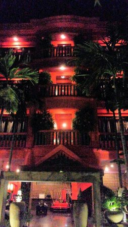 Golden Butterfly Villa: Hotel facade at night