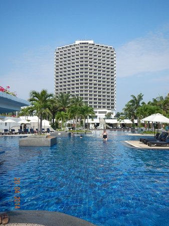 Novotel Hua Hin Cha Am Beach Resort and Spa : Across the pool looking at the Novotel.