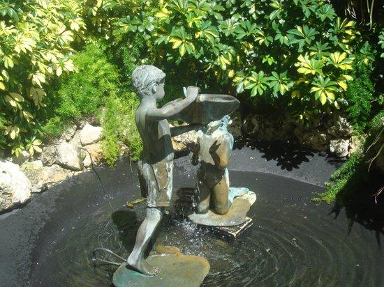 Hilton Marco Island Beach Resort: statue