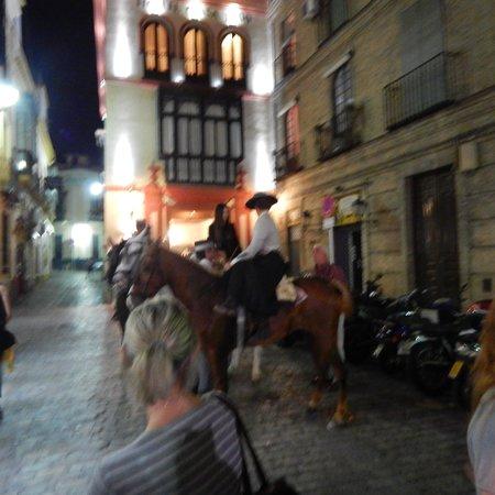Hotel Casa 1800 Sevilla: Cabelleros outside hotel entrance