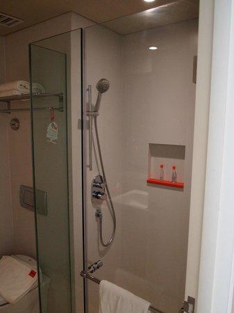 HARRIS Hotel Kuta : Bathroom