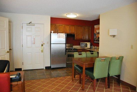 Residence Inn Richmond Northwest/Short Pump : kitchen area