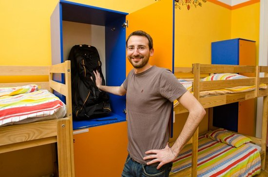 Colors Hostel: Happy face with a locker.