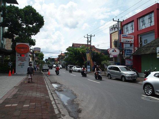HARRIS Hotel Raya Kuta Bali: Outside hotel