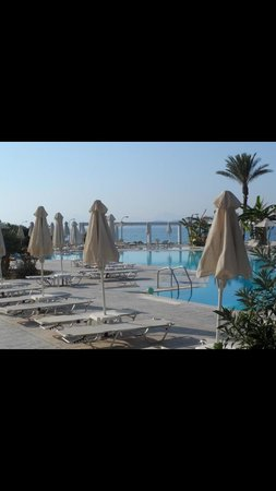 Zorbas Beach Hotel: Quiet pool at back of the hotel lovely views :)