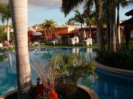 Green Garden Resort & Suites: dining area around the pool