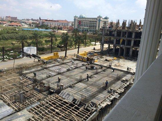 Dream World Resort: Вид из окна на стройку и пустырь
