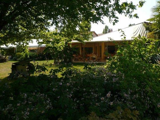 Les Vallons du Lac : Terrasse restaurant vue du jardin