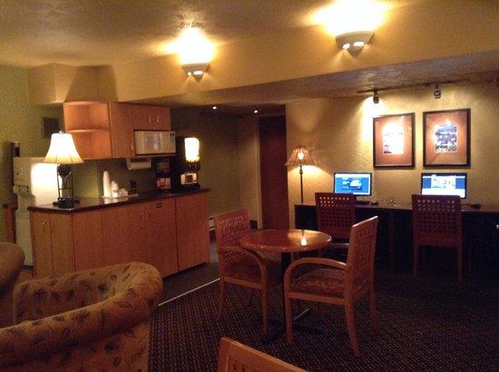 Howard Johnson Hotel Vancouver Downtown: ロビーと1階の間にお湯、ホットドリンク、水、冷蔵庫、PC、TV、が置いてあります。