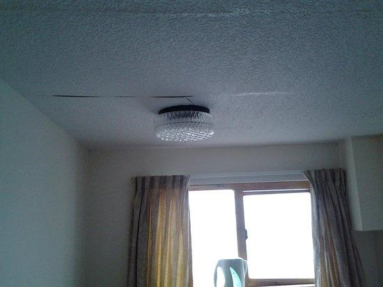 Highlander Hotel : The ceiling paper