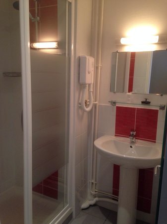hotel de cleves et une salle de bain cabine de douche en dur