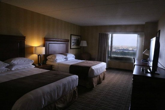 DoubleTree Fallsview Resort & Spa by Hilton - Niagara Falls: room at the doubletree