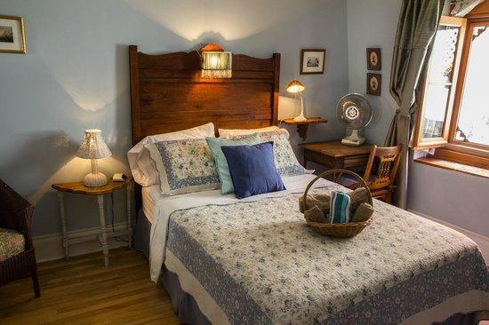 Gite Au Croissant de Lune: Chambre Bleue,lit double vue sur terrasse