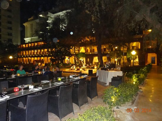 Ranbanka Palace: jardin et restaurant