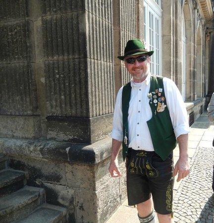 Zwinger: Как только приехали  в центр Дрездена, встретили вот этого веселого туриста в национальном костю