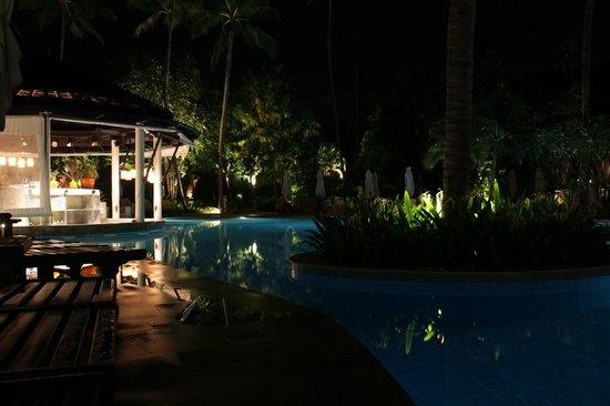 Melati Beach Resort & Spa : Bar piscina