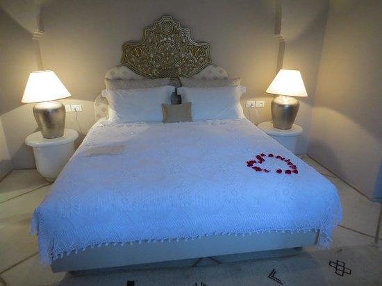 Riad Nashira & Spa: lit chambre suite NASHIRA