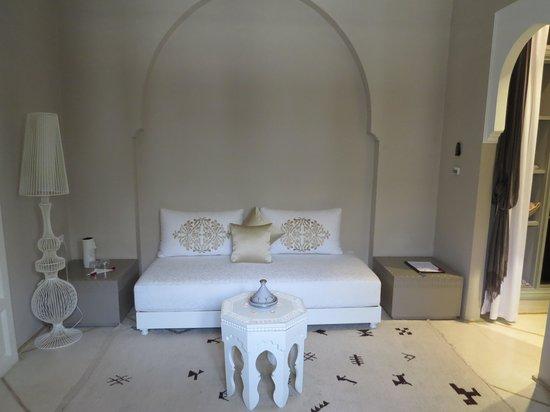 Riad Nashira & Spa: entrée banquette suite nashira
