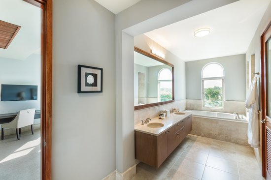 Plantation Resort Residences at Dorado Beach : Master Bathroom