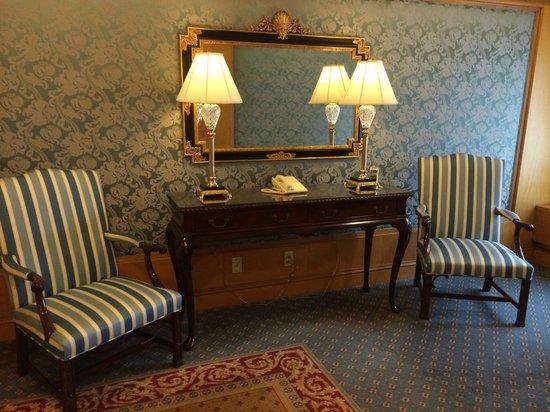 The Logan Philadelphia, Curio Collection by Hilton: Lift lobby