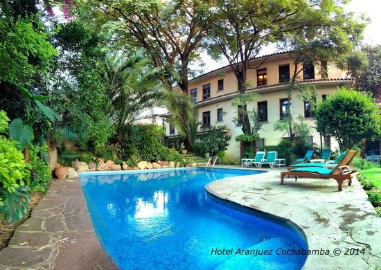Hotel Aranjuez Cochabamba: Swimming pool and gardens