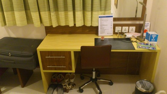 Citymax Hotels Bur Dubai: Номер. Письменный стол.