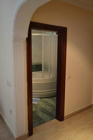 Kutle Hotel: Дверь в ванную