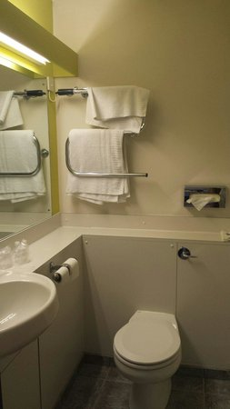 Dragonfly Hotel Bury St Edmunds: Immensely underwhelming bathroom