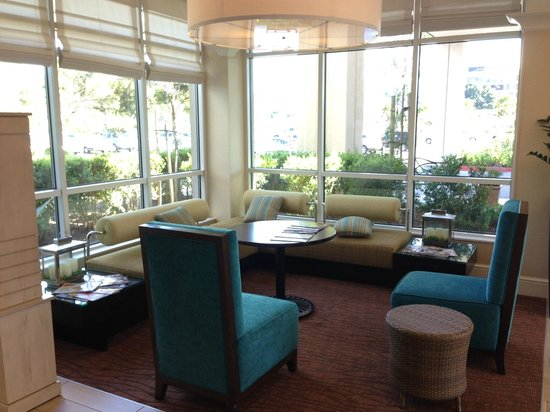 Hilton Garden Inn Sacramento/South Natomas: Nice sitting area in lobby