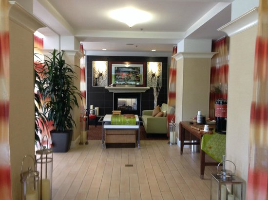Hilton Garden Inn Sacramento/South Natomas: Hotel lobby looking inward from parking lot