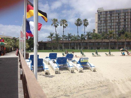 Catamaran Resort Hotel and Spa: Beach area right outside the hotel