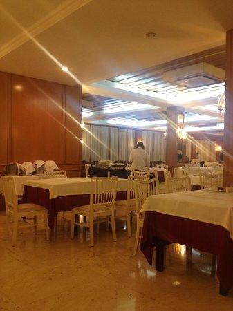 """Hotel Roger de Flor Palace: restaurant complètement désert...vide! L'hôtel était pourtant """"COMPLET"""" selon la direction!"""