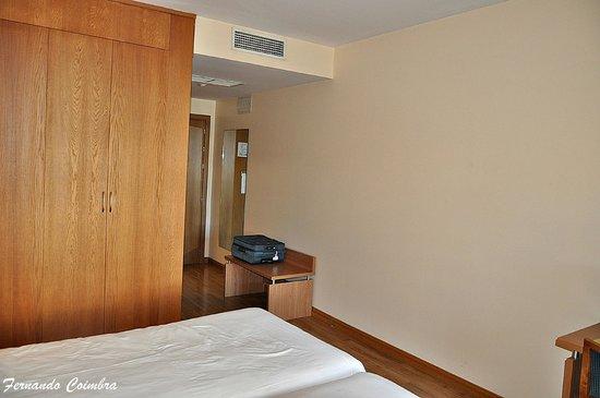 Tryp Jerez Hotel: Pared de la habitación donde se podría poner una percha