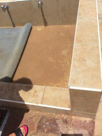 Jaz Fanara Resort & Residence: грязь и песок в месте для мытья ног - рассадник грибка