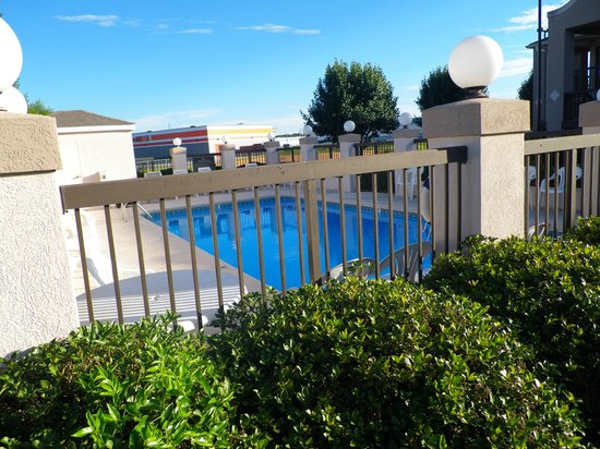 Days Inn and Suites Fort Valley : Pool.