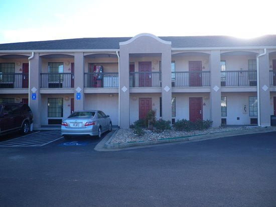 Days Inn and Suites Fort Valley : The hotel.