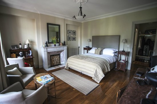 La Villa De Mazamet: One of the gorgeous, beautifully appointed rooms at the Villa.