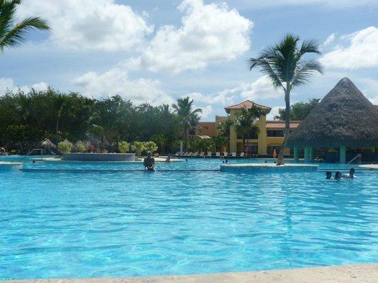 Iberostar Hacienda Dominicus: Piscine avec poolbar...
