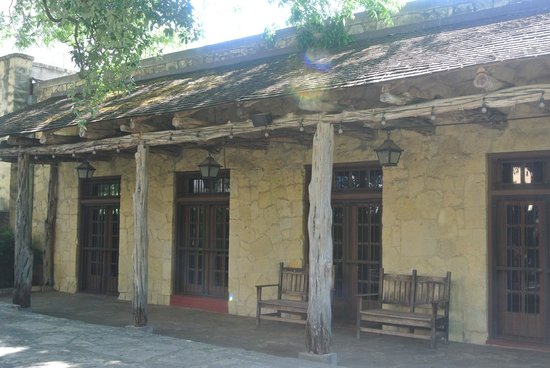 Alamo Sightseeing Tours: on of the older buildings of the Alamo.