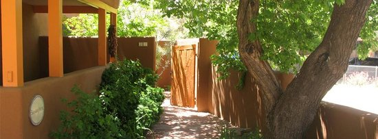 Santa Fe Motel & Inn: Casita Walkway