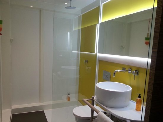 Qbic Hotel London City: Bathroom With Rain Shower